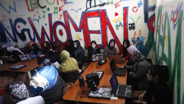 No Afeganistão, um cibercafé foi criado apenas para receber mulheres. Foto de Mohammad Ismail/Reuters.