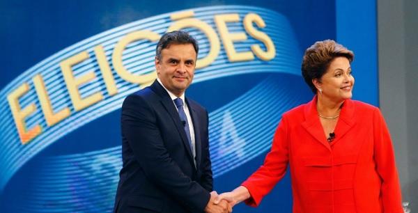 A presidente Dilma Rousseff (PT), candidata à reeleição, e Aécio Neves, candidato do PSDB à Presidência, se cumprimentam ao chegarem ao estúdio da TV Globo, no Rio de Janeiro, nesta sexta-feira (24), antes do último debate do segundo turno das eleições presidenciais, que acontecem neste domingo (26). No debate, Dilma Rousseff (PT) procurou fazer críticas à gestão de Fernando Henrique Cardoso (1995-2002) para desgastar Aécio Neves (PSDB), que escolheu a corrupção para tentar atingir a adversária MAIS Ricardo Moraes/Reuters