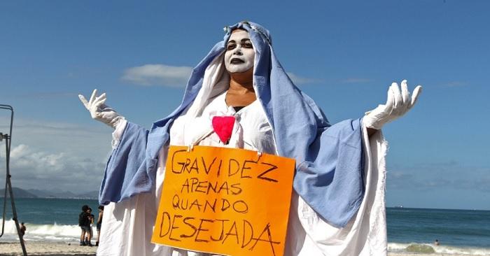 Manifestante na Marcha das Vadias do Rio de Janeiro em 2013. Foto de Júlio César Guimarães/UOL.
