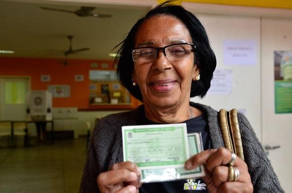Aposentada, Ana Lúcia da Penha, 68 anos, vota pela segunda vez na vida no Colégio Estadual Jornalista Tim Lopes, no Complexo do Alemão, que é usado pela primeira vez para votação. Foto de Tânia Rêgo/Agência Brasil.