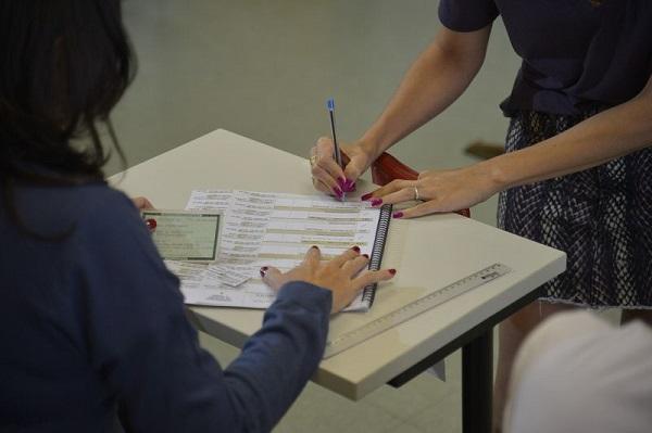 Eleitores votam em trânsito. Foto de Fabio Rodrigues Pozzebom/Agência Brasil.