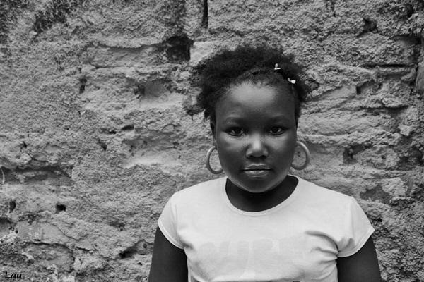 """Foto de Anna Laura. Parte do projeto """"Pérolas Negras"""" criado por Raissa Rosa, estudante de 23 anos que  participa da Organização Não Governamental (ONG) Casa Cultural do Morro, em Viçosa (MG).  O Projeto """"Pérolas Negras"""" tem o objetivo de ensinar as meninas-moças do Rebenta Rabicho a cuidarem dos seus cabelos naturais como forma de valorização da identidade negra."""