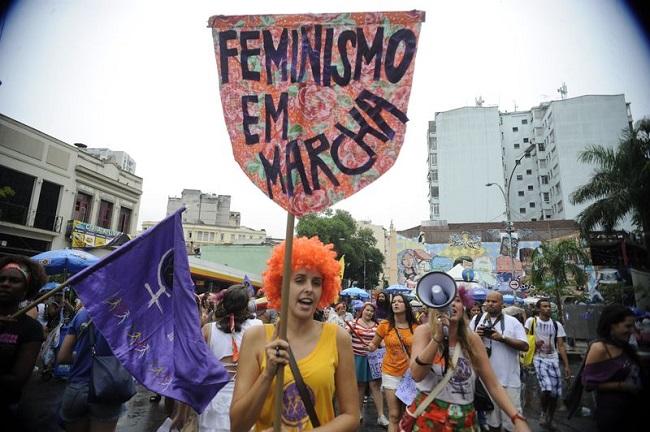 RJ - Em desfile na Lapa, integrantes do Bloco Arrastão Feminista defendem os direitos das mulheres e protestam contra a violência. Foto de Tânia Rêgo/Agência Brasil.