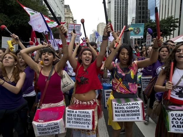 Mulheres marcham pela Avenida Paulista durante ato no Dia da Mulher. Foto de Nelson Almeida/ AFP Photo.