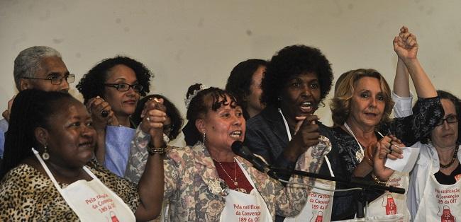 Manifestação no Congresso Nacional pela ratificação da Convenção 189 da OIT e aprovação da PEC das trabalhadoras domésticas. Brasília, 2012. Foto de José Cruz/Agência Brasil.