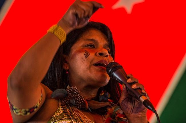 Sônia Guajajara, da Articulação dos Povos Indígenas do Brasil (Apib) discursa durante a Mobilização Nacional Indígena em Brasília, abril/2015. Foto de Fábio Nascimento/Mobilização Nacional Indígena.