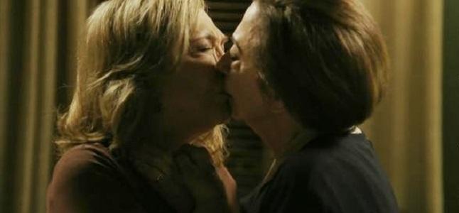 Estela (Nathália Timberg) e Teresa (Fernanda Montenegro) se beijam em cena da novela 'Babilônia' (2015) da Rede Globo. Imagem: Gshow/Divulgação.