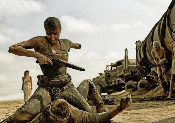Imperatriz Furiosa em cena do filme Mad Max: Estrada da Fúria (2015).