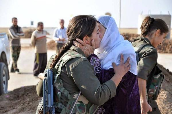Mulheres curdas se abraçam. Imagem divulgada pelo perfil do Twitter: @mela_ehmed em 06/10/2014.