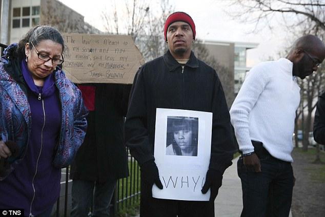 Donald Lightfoot segura um cartaz em apoio a Rekia Boyd, junto a outras pessoas que protestam em Chicago. Abril, 2015. Foto de Nuccio DiNuzzo/Chicago Tribune/TNS via Getty Images.