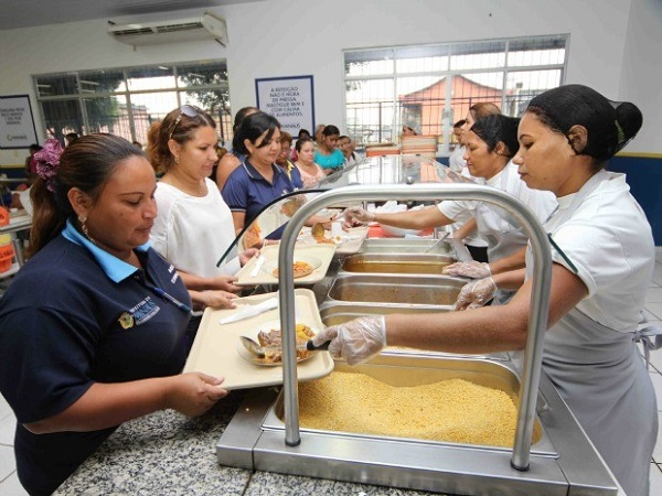 Mulheres fazem refeições e trabalham em restaurante popular de Manaus/AM. Foto de Manoel Vaz/Semcom.
