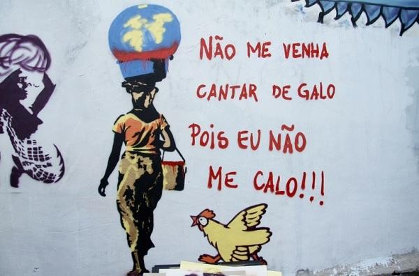 """Movimento social """"Mulheres em Luta"""" fez """"grafitaço"""" para apagar nomes de meninas expostos na lista das """"mais vadias"""" que circula em escolas de São Paulo. As ativistas sofreram represálias após o grafitaço. E moradores pintaram algumas artes. Cerca de 30% dos trabalhos já foram apagados. Foto de Daia Oliver/R7."""
