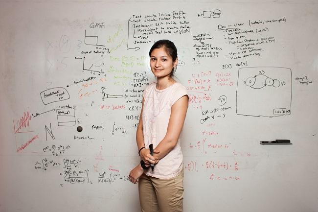 Uma aula introdutória de Ciência da Computação aguçou a curiosidade de Sonja Khan o suficiente para que ela se formasse na área e buscasse uma pós-graduação. Foto de David Ryder/New York Times.