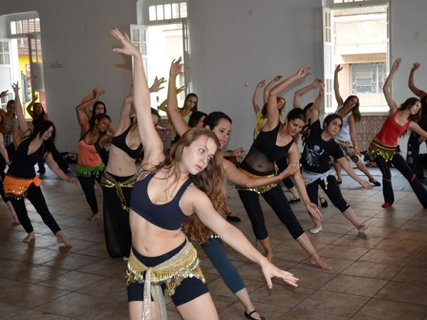 Mulheres praticam Dança do Ventre no Centro Cultural de Bauru/SP. Foto de Tiago Campos/G1.