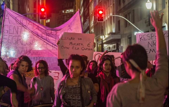 """Julho/2014 - Manifestantes em ato contra o """"Vagão Rosa"""" na capital paulista. Foto de Marlene Bergamo/Folhapress."""