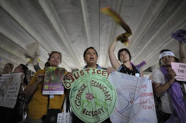 Rio de Janeiro/2012 - Mulheres de vários países fazem protesto no Riocentro, onde acontece a Conferência das Nações Unidas sobre Desenvolvimento Sustentável Rio+20. Foto de Marcello Casal Jr./Agência Brasil.