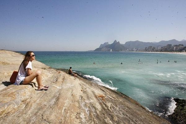 Mulher na praia do Arpoador, Rio de Janeiro. Foto de Estefan Radovicz/Agência O Dia/Estadão Conteúdo.
