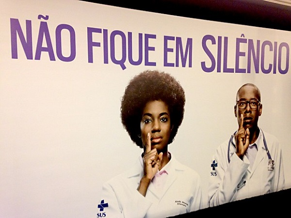 """Peça publicitária da campanha """"Racismo faz mal à Saúde. Denuncie!"""" lançada em 2014 pelo Ministério da Saúde e Secretaria de Direitos Humanos. Foto de Natalia Godoy/G1."""