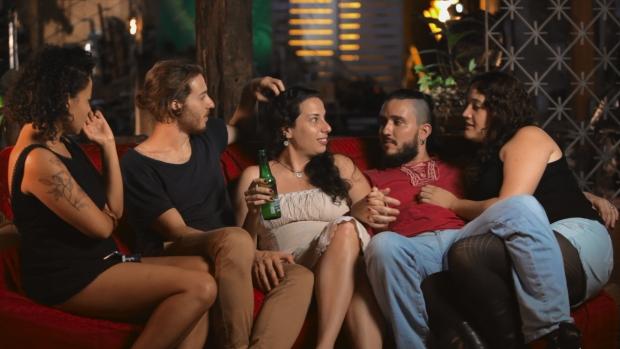Cena da série 'Amores Livres', exibida pelo canal a cabo GNT (2015).