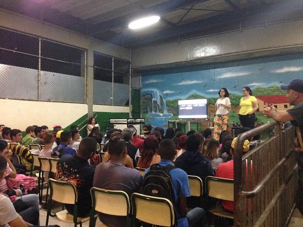 Palestra sobre machismo e racismo em escola do ensino médio. Foto de Cobogó - Curadoria de Inteligência Criativa.
