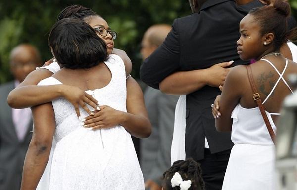 Mulheres lamentam a morte de Sandra Bland na DuPage African Methodist Episcopal Church na cidade americana de Lisle. Foto de AP Photo/Christian K. Lee.