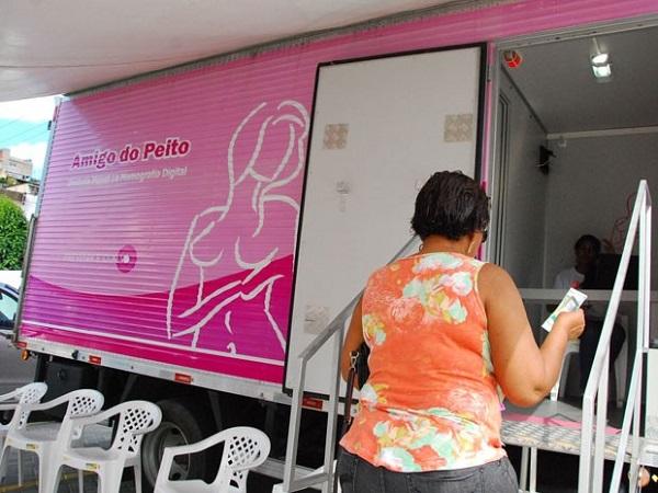 Mulher busca atendimento em mamógrafo móvel da Secretaria de Saúde. Recife, 2014. Foto de Inaldo Lins/PCR.
