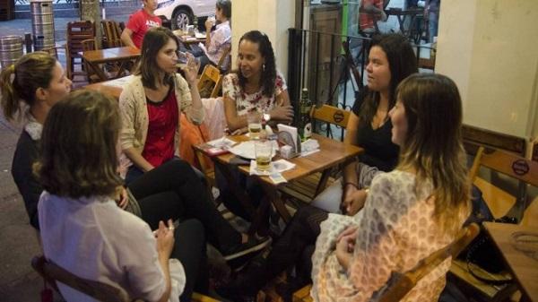 Grupo de mulheres se encontra em bar. Foto: Mazé Mixo/Extra.