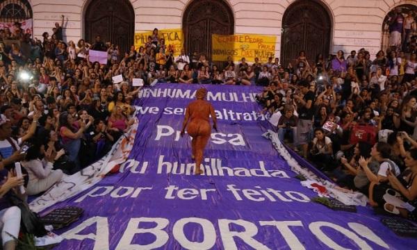 Movimento das mulheres contra Cunha nas ruas do Rio de Janeiro. Foto de Domingos Peixoto/Agência O Globo.