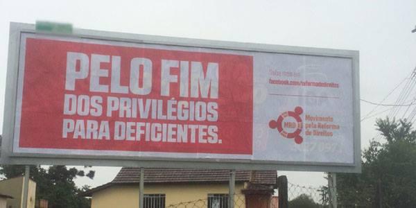 Outdoor colocado em Curitiba. Divulgado na página do Facebook da Radio Banda B.