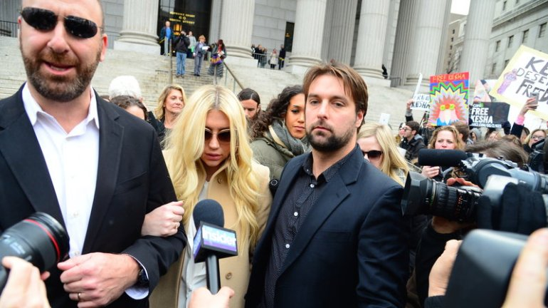 Ke$ha deixa a Suprema Corte do Estado de Nova York. Fonte: Raymond Hall/Getty Images