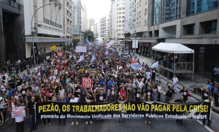 Manifestação dos servidores do Estado do RJ em 03/02. Foto: Domingos Peixoto / Agência O Globo.