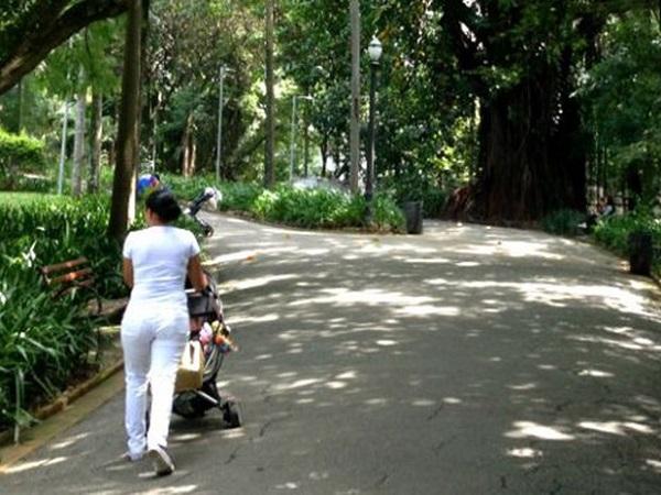 """Babá passeia com carrinho de bebê no """"Parque das Babás"""" em área nobre de São Paulo. Foto de Felipe Souza/BBC Brasil."""