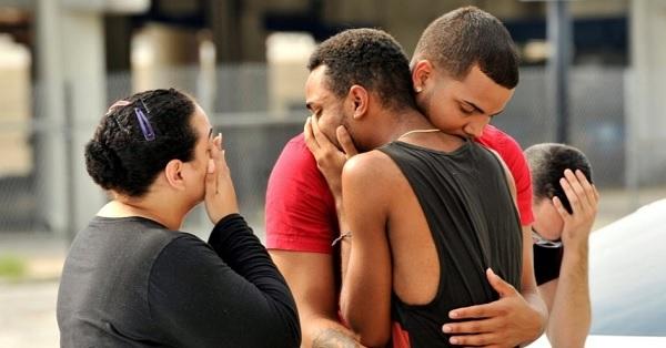Junho/2016. Familiares das vítimas nos arredores da boate Pulse em Orlando, Estados Unidos. Foto de: Steve Nesius/Reuters.