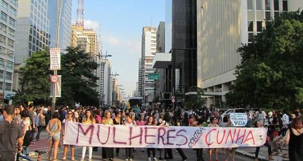 Outubro/2015 - São Paulo. Manifestantes protestam por direitos para a mulher e contra o deputado Eduardo Cunha (PMDB/RJ), próximo à avenida Paulista. Imagem de Felipe Marques/UOL.