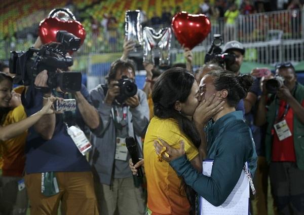 Agosto/2016 - Isadora Cerullo, jogadora de rugby do Brasil após receber pedido de casamento de sua namorada, Marjorie Enya, gerente de serviços do rugby. Foto de Alessandro Bianchi/Reuters.