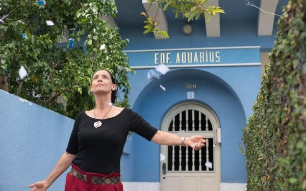 Cena do filme Aquarius (2016).