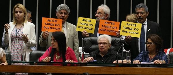 """Maio/2016 - Erundina """"assume"""" presidência da Câmara em sessão informal no plenário. Foto de André Dusek/Estadão Conteúdo."""
