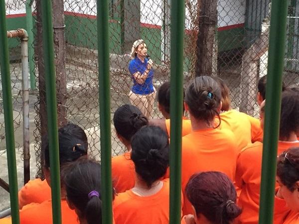 Setembro/2015 - Apresentadora Andressa Urach faz palestra e distribui seu livro no Presídio Feminino de Florianópolis. Foto de Andressa Urach/Ego.