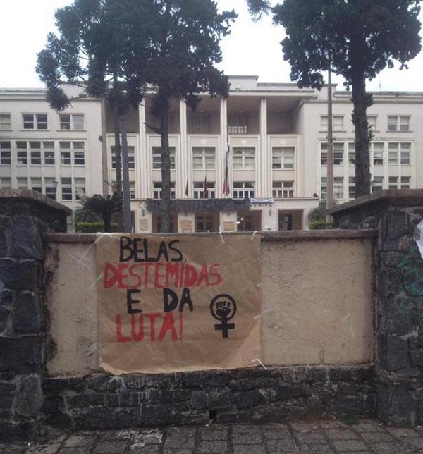 Cartaz em escola ocupada no Paraná. Foto da autora do texto: Marcielly Moresco.
