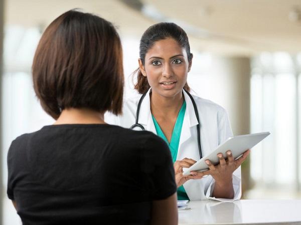 Descrição: Mulher em atendimento médico. Imagem: Shutterstock/Autostraddle.