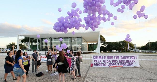 Abril/2012. Em frente o prédio do STF, manifestantes comemoram decisão favorável a interrupção da gravidez em casos de fetos anencéfalos. Foto de Sergio Lima/Folhapress.