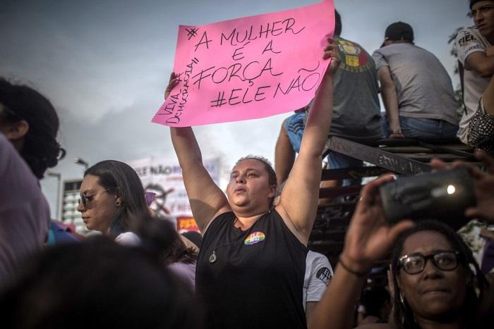 Setembro de 2018. Mulheres protestam contra o candidato a presidência, Jair Bolsonaro. Foto de Victor Moriyama/Getty Images.